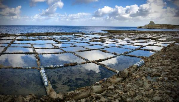 Фоторазказ от Малта: Сладостта да пазиш вековната традиция за добив на сол